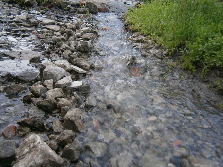 Сотни кубов воды текут по улицам Новатора в Димитрове, а в кранах горожан – маленькая струйка (фото) - фото 4