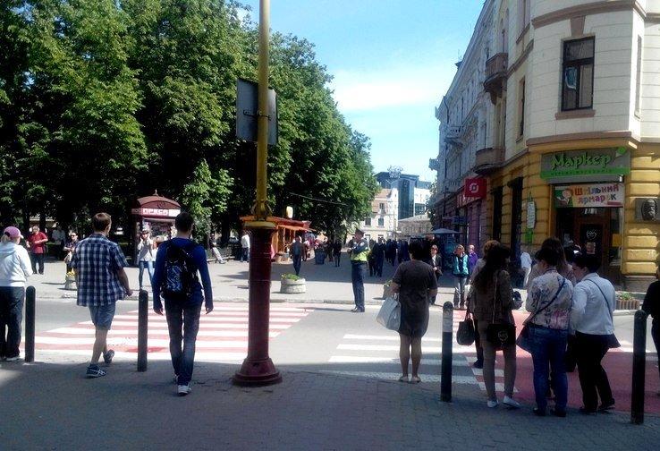Рух на «скандальному» пішоходному переході регулює працівник ДАІ (ФОТО), фото-4