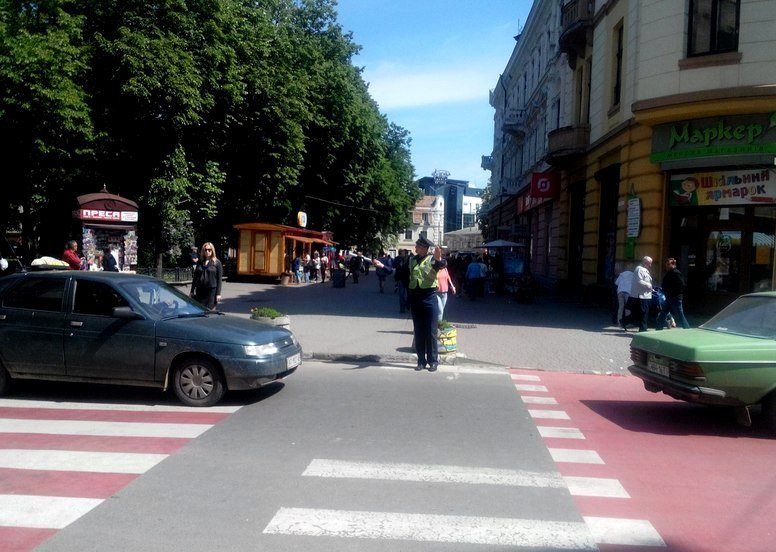 Рух на «скандальному» пішоходному переході регулює працівник ДАІ (ФОТО) (фото) - фото 1