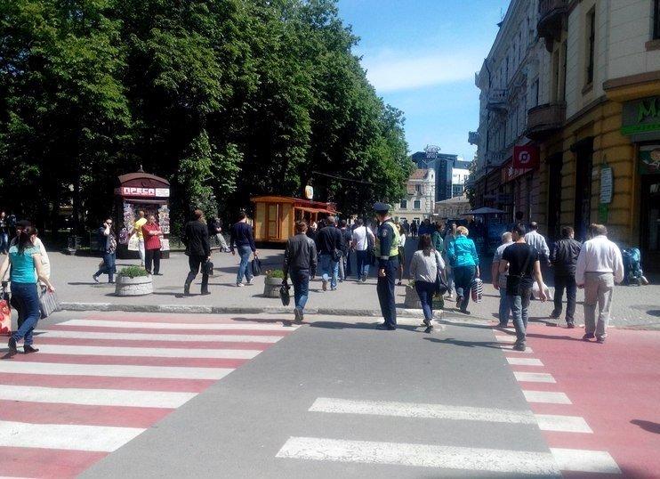 Рух на «скандальному» пішоходному переході регулює працівник ДАІ (ФОТО) (фото) - фото 3