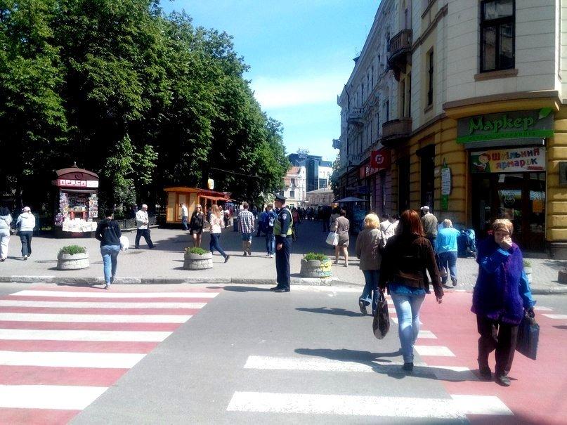 Рух на «скандальному» пішоходному переході регулює працівник ДАІ (ФОТО) (фото) - фото 2