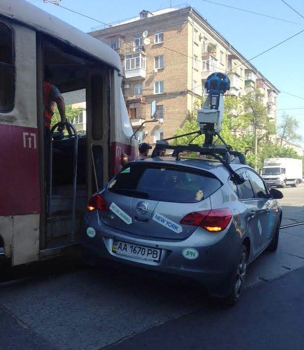 В Киеве Google-мобиль не разминулся с трамваем (ФОТОФАКТ) (фото) - фото 1