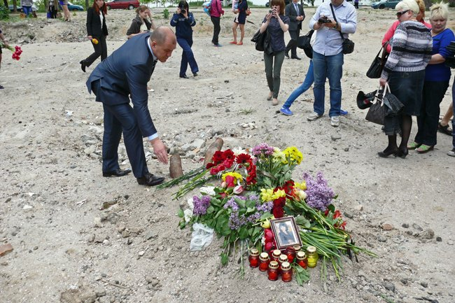 Николаевцы почтили память погибших при взрыве в многоэтажке на Намыве (ФОТО) (фото) - фото 8