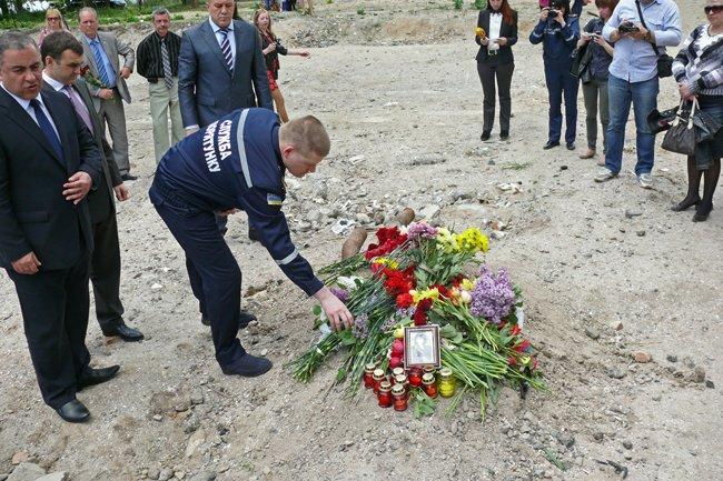 Николаевцы почтили память погибших при взрыве в многоэтажке на Намыве (ФОТО) (фото) - фото 11