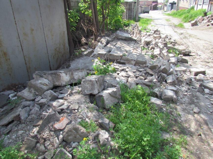 В Мариуполе  старый забор устроил шоу в Цирковом переулке (ФОТОФАКТ), фото-1