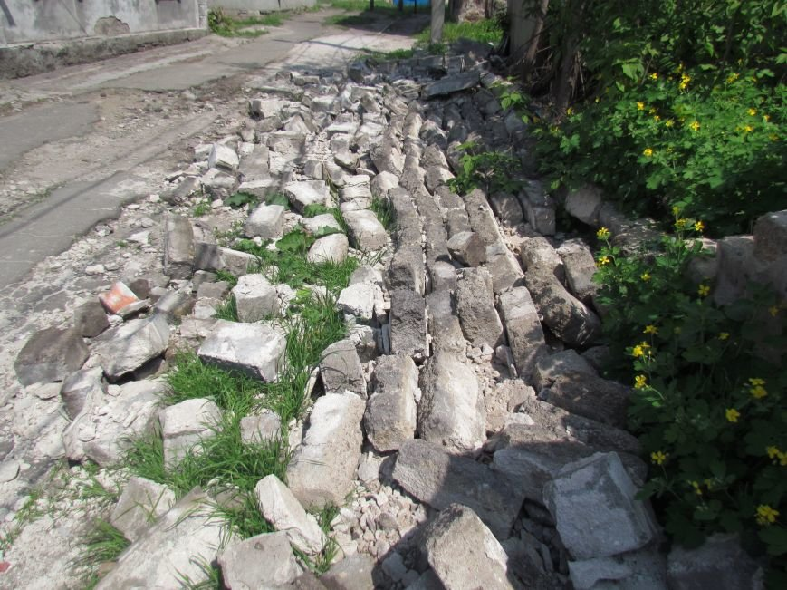 В Мариуполе  старый забор устроил шоу в Цирковом переулке (ФОТОФАКТ), фото-3