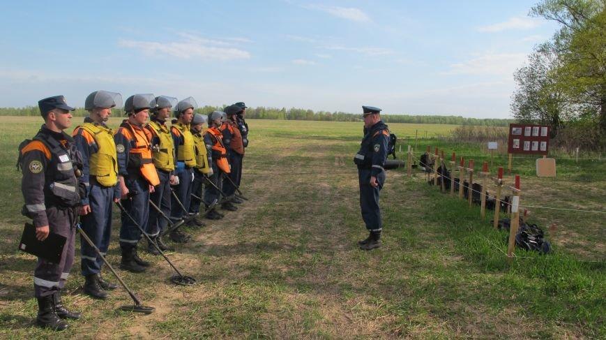 В новой Москве в деревне Кузовлево проводятся пиротехнические работы по обезвреживанию взрывоопасных предметов (фото) - фото 1