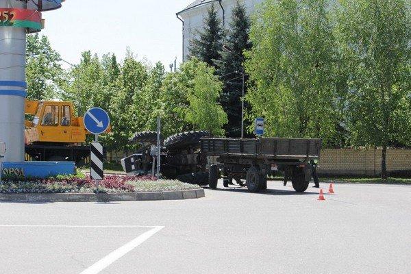 В центре Слонима опрокинулся трактор: водитель с переломами госпитализирован (фото) - фото 2
