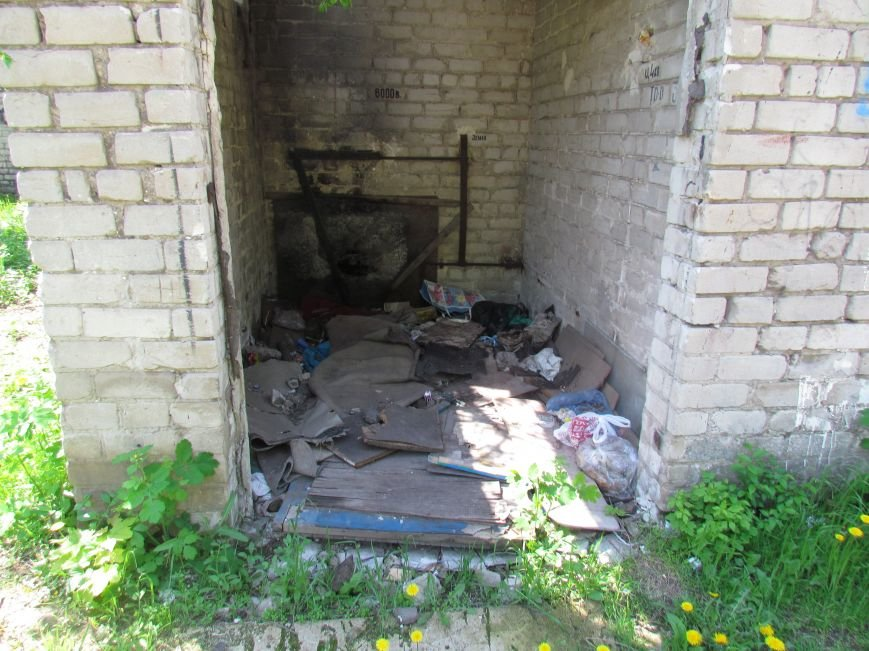Мариупольцам мешают соседи-бомжи (ФОТО), фото-1