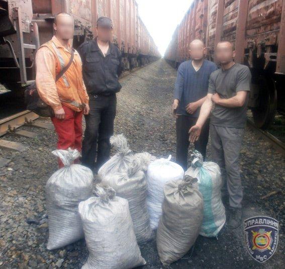Красноармейские правоохранители задержали двух мужчин, которые пытались украсть более 400 кг угля (фото) - фото 1