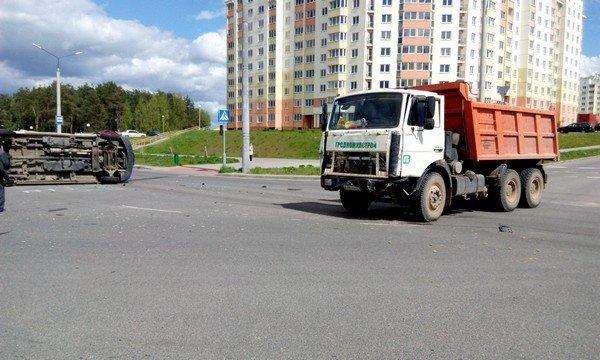 Фотофакт: в Гродно от удара МАЗа перевернулся микроавтобус (фото) - фото 3