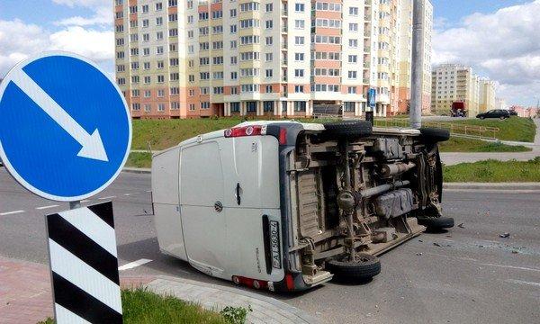 Фотофакт: в Гродно от удара МАЗа перевернулся микроавтобус (фото) - фото 1