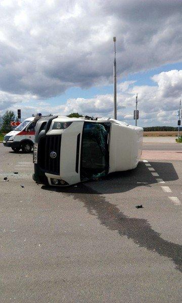 Фотофакт: в Гродно от удара МАЗа перевернулся микроавтобус (фото) - фото 2