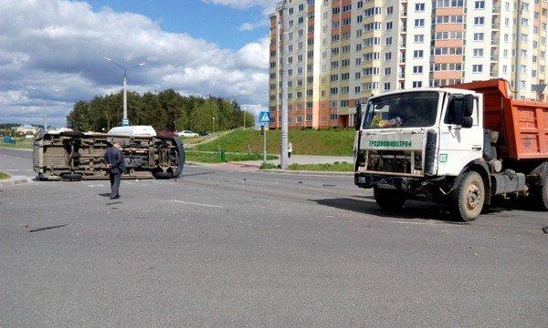 Фотофакт: в Гродно от удара МАЗа перевернулся микроавтобус (фото) - фото 6