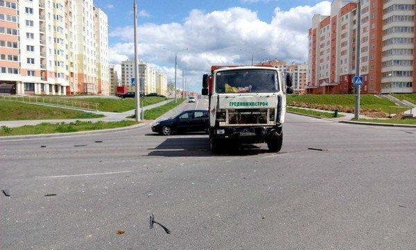 Фотофакт: в Гродно от удара МАЗа перевернулся микроавтобус (фото) - фото 4