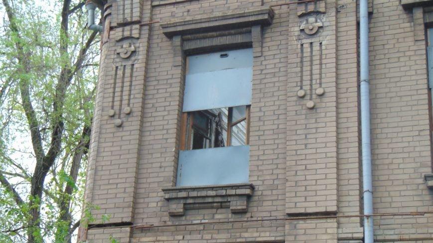 Вандалы разрушают историческую ценность на глазах жителей Мариуполя (ФОТОФАКТ) (фото) - фото 1