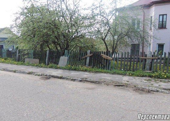 Жители агрогородка Вертелишки жалуются на разбитую дорогу и разруху во дворах (фото) - фото 3