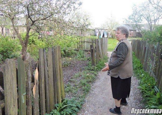 Жители агрогородка Вертелишки жалуются на разбитую дорогу и разруху во дворах (фото) - фото 2