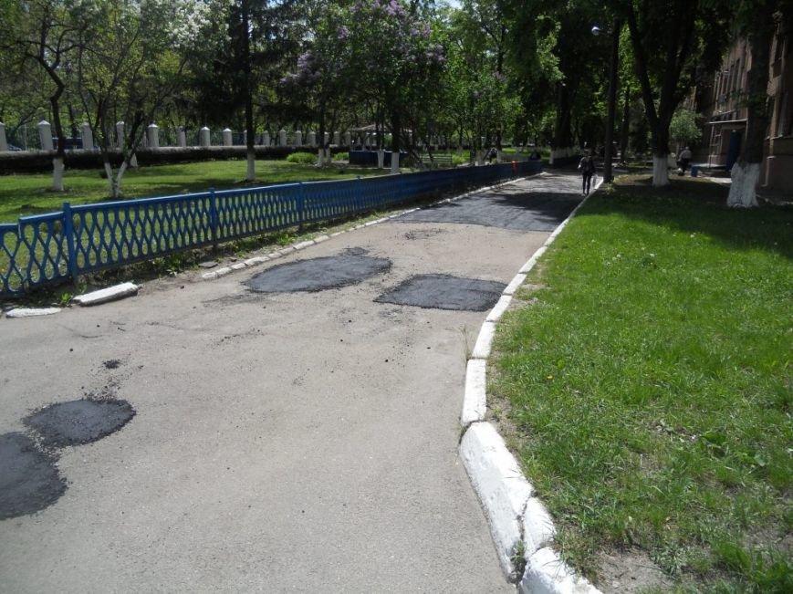 Дорожники лагодять дорожнє покриття на території обласної лікарні (фото) - фото 1