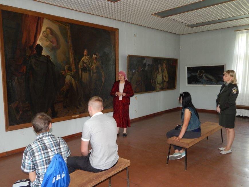 Трудные подростки Херсонщины посетили Новокаховскую картинную галерею им. А.С. Гавдзинского (фото) - фото 1