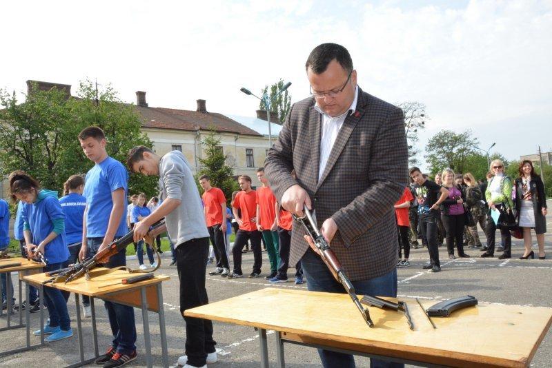 У Чернівцях школярі та ліцеїсти взяли участь у грі «Захисник» (фото) - фото 1