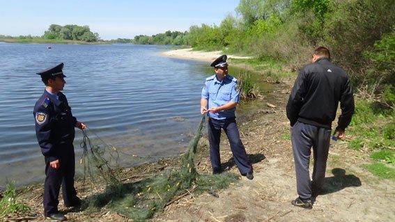 У браконьера кременчугские милиционеры изъяли 20 кг рыбы, 130 м сетки и лодку (ФОТО) (фото) - фото 1