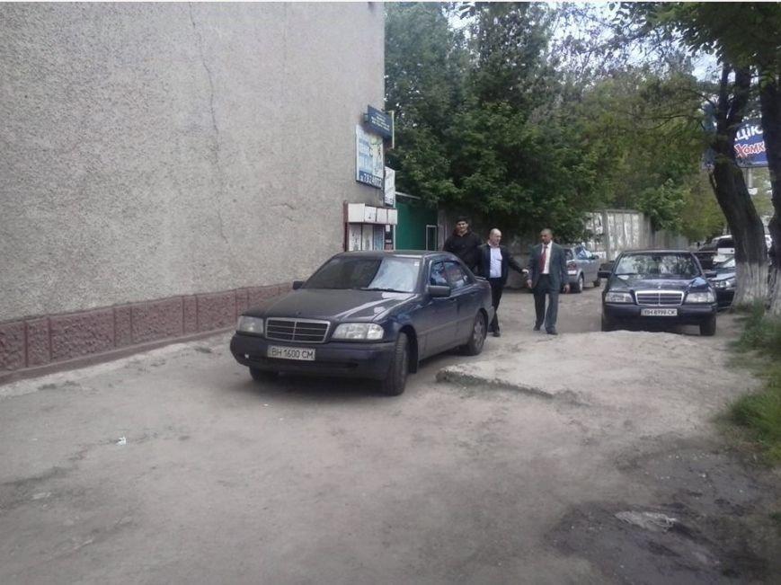 Газоны, тротуары, детские площадки: В Одессе собирают любимые места мастеров парковки 80-го уровня (ФОТО) (фото) - фото 6