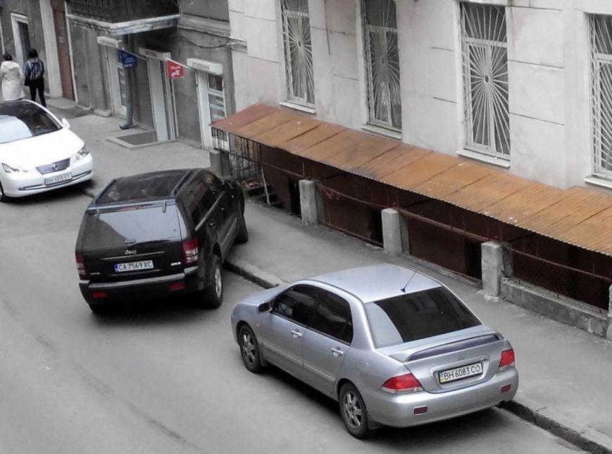Газоны, тротуары, детские площадки: В Одессе собирают любимые места мастеров парковки 80-го уровня (ФОТО) (фото) - фото 14