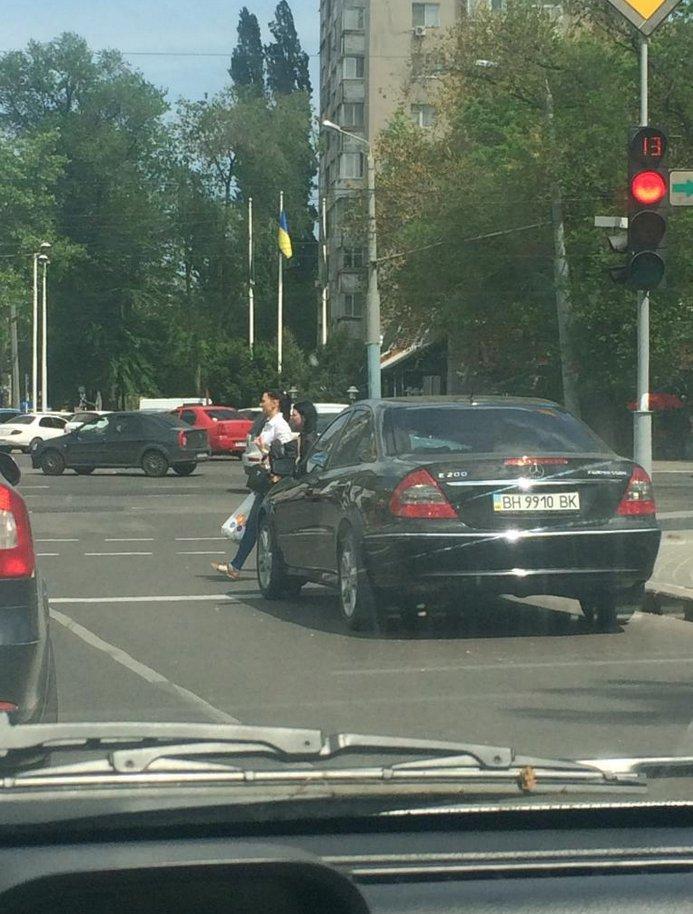 Газоны, тротуары, детские площадки: В Одессе собирают любимые места мастеров парковки 80-го уровня (ФОТО) (фото) - фото 4