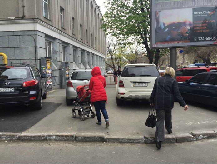 Газоны, тротуары, детские площадки: В Одессе собирают любимые места мастеров парковки 80-го уровня (ФОТО) (фото) - фото 13