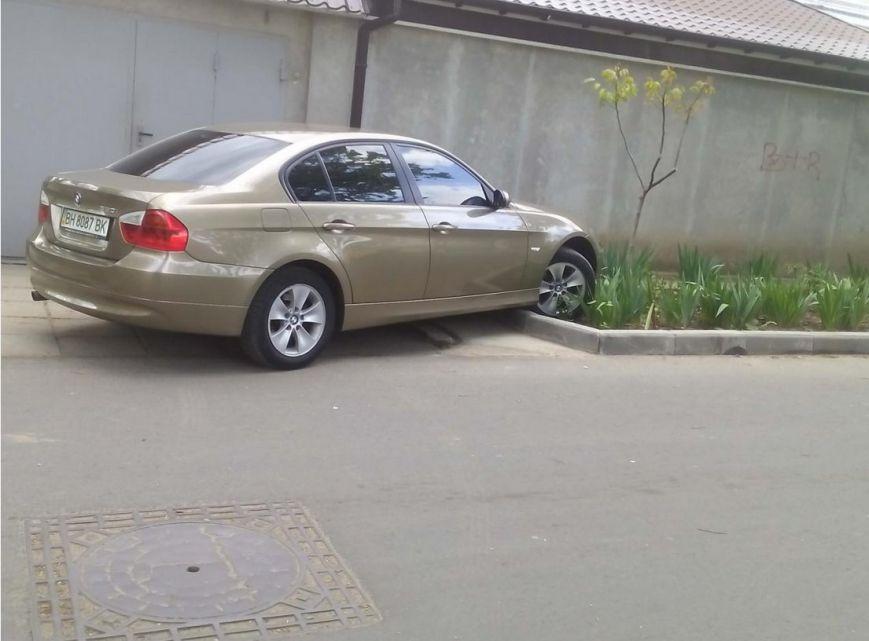 Газоны, тротуары, детские площадки: В Одессе собирают любимые места мастеров парковки 80-го уровня (ФОТО) (фото) - фото 8