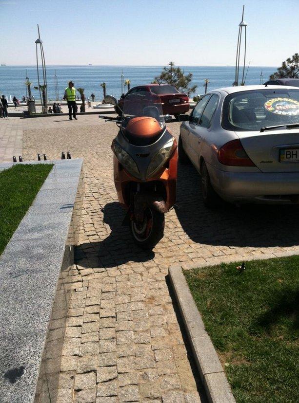 Газоны, тротуары, детские площадки: В Одессе собирают любимые места мастеров парковки 80-го уровня (ФОТО) (фото) - фото 16