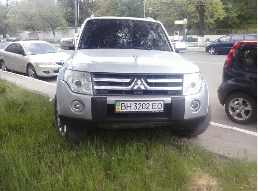 Газоны, тротуары, детские площадки: В Одессе собирают любимые места мастеров парковки 80-го уровня (ФОТО) (фото) - фото 7