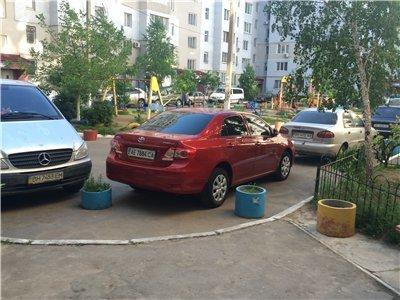 Газоны, тротуары, детские площадки: В Одессе собирают любимые места мастеров парковки 80-го уровня (ФОТО) (фото) - фото 1