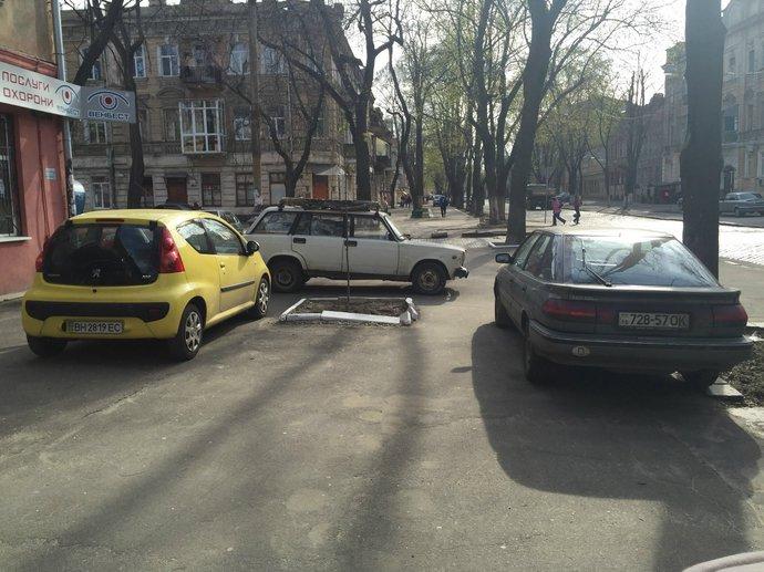 Газоны, тротуары, детские площадки: В Одессе собирают любимые места мастеров парковки 80-го уровня (ФОТО) (фото) - фото 11