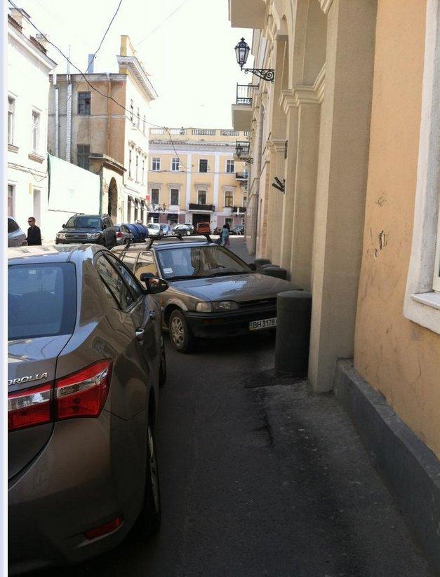 Газоны, тротуары, детские площадки: В Одессе собирают любимые места мастеров парковки 80-го уровня (ФОТО) (фото) - фото 2