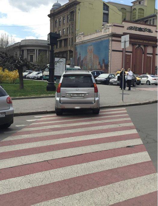 Газоны, тротуары, детские площадки: В Одессе собирают любимые места мастеров парковки 80-го уровня (ФОТО) (фото) - фото 12