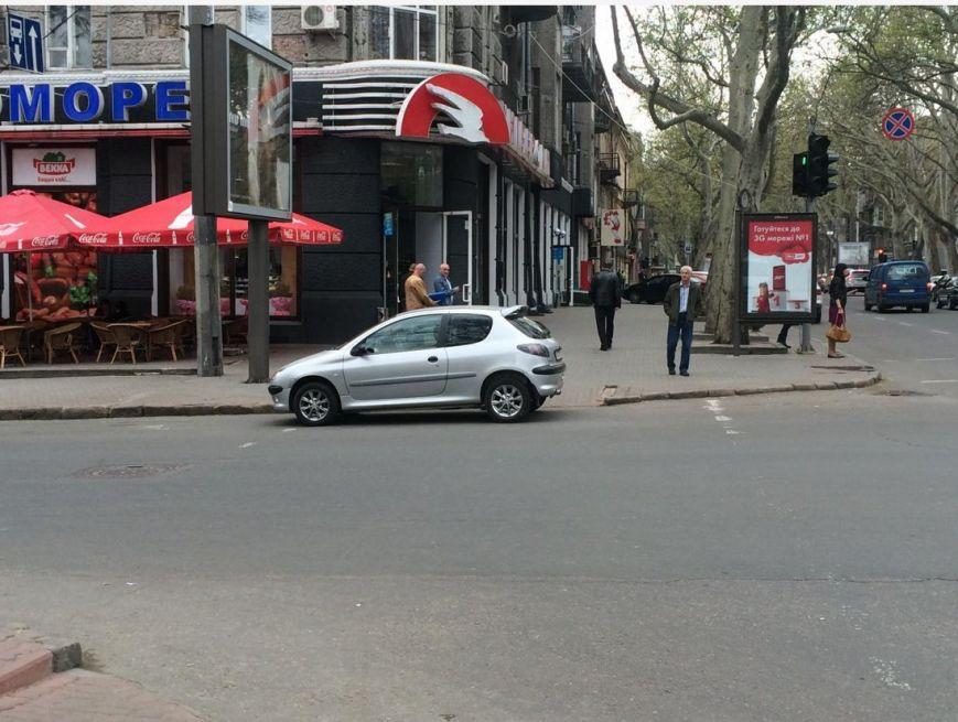 Газоны, тротуары, детские площадки: В Одессе собирают любимые места мастеров парковки 80-го уровня (ФОТО) (фото) - фото 15