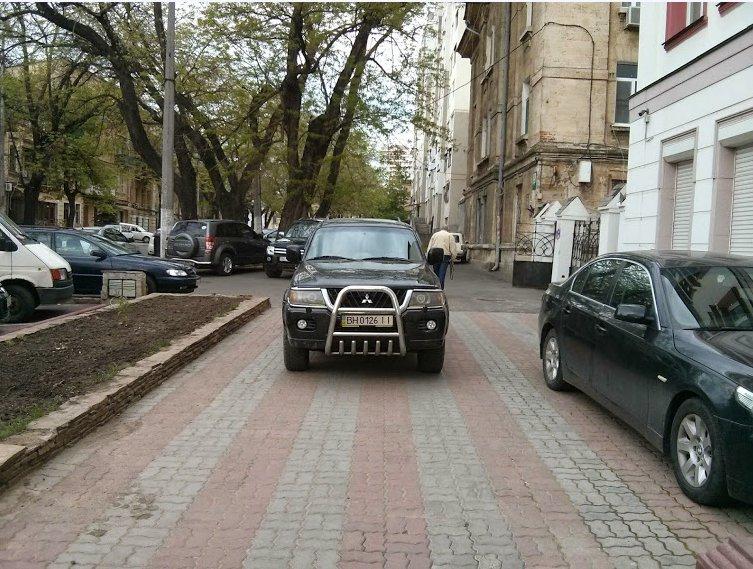 Газоны, тротуары, детские площадки: В Одессе собирают любимые места мастеров парковки 80-го уровня (ФОТО) (фото) - фото 9