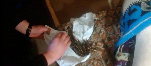 Житель Добропольского района хранил у себя в квартире наркотики и оружие (фото) - фото 1