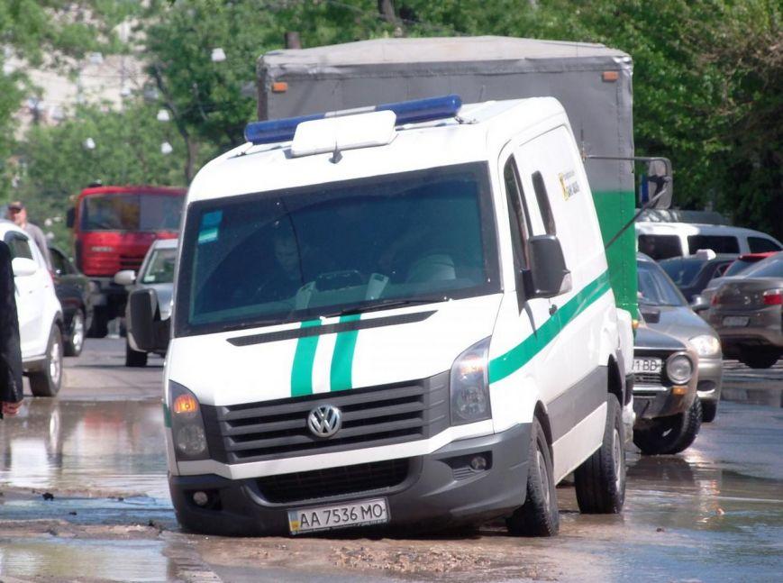 В Одессе под асфальт «ушел» микроавтобус инкассаторов (ФОТО) (фото) - фото 1