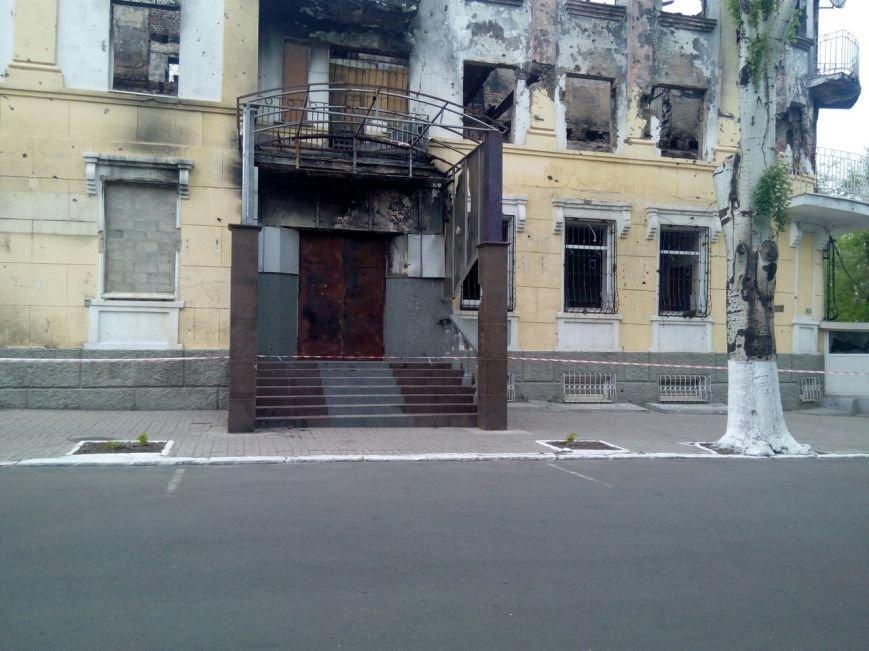 В Мариуполе у сгоревшего здания ГУВД исчезли цветы (фото) - фото 1