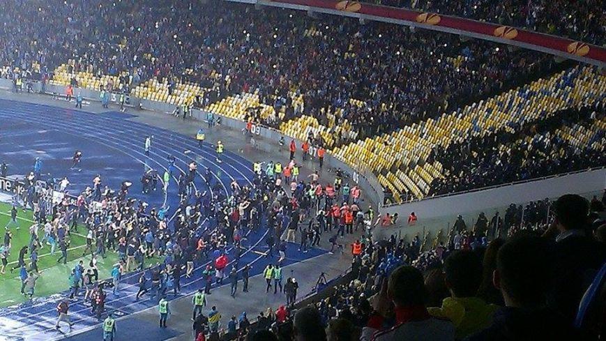 Українські вболівальники не стримували емоцій після матчу Дніпра із Наполі (ФОТО) (фото) - фото 1