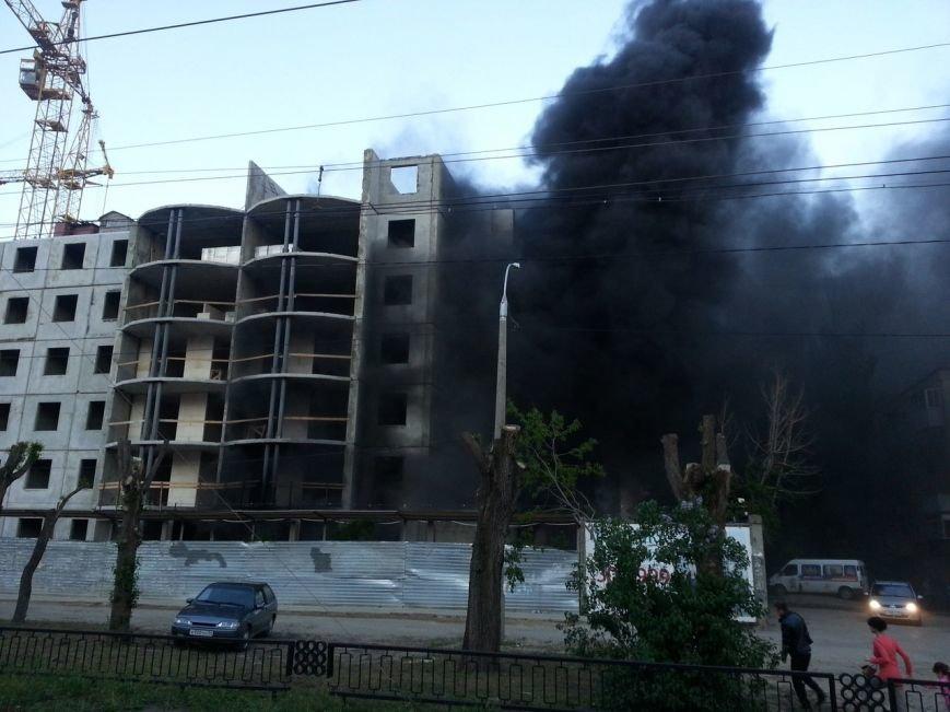 В центре Волгограда полыхал огнем строящийся шестиэтажный дом, фото-2