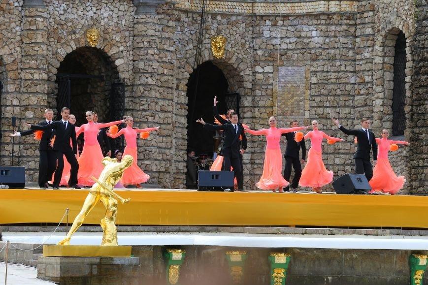 В Петергофе состоялось официальное открытие сезона фонтанов (фото) - фото 1