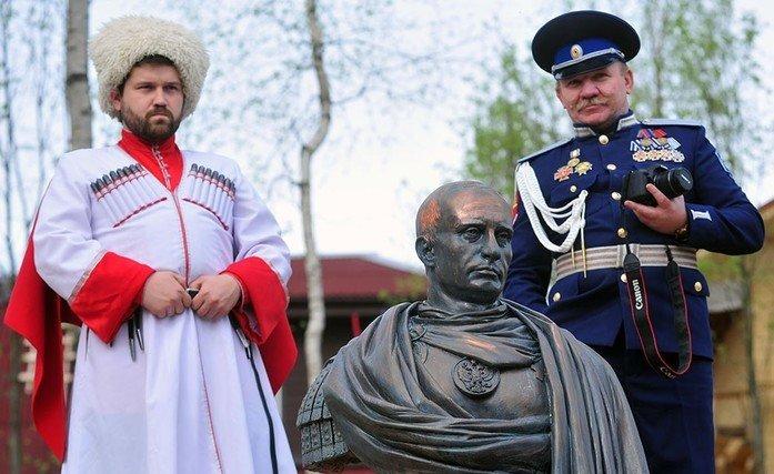 Под Петербургом казаки установили памятник Владимиру Путину в образе римского императора (фото) - фото 1