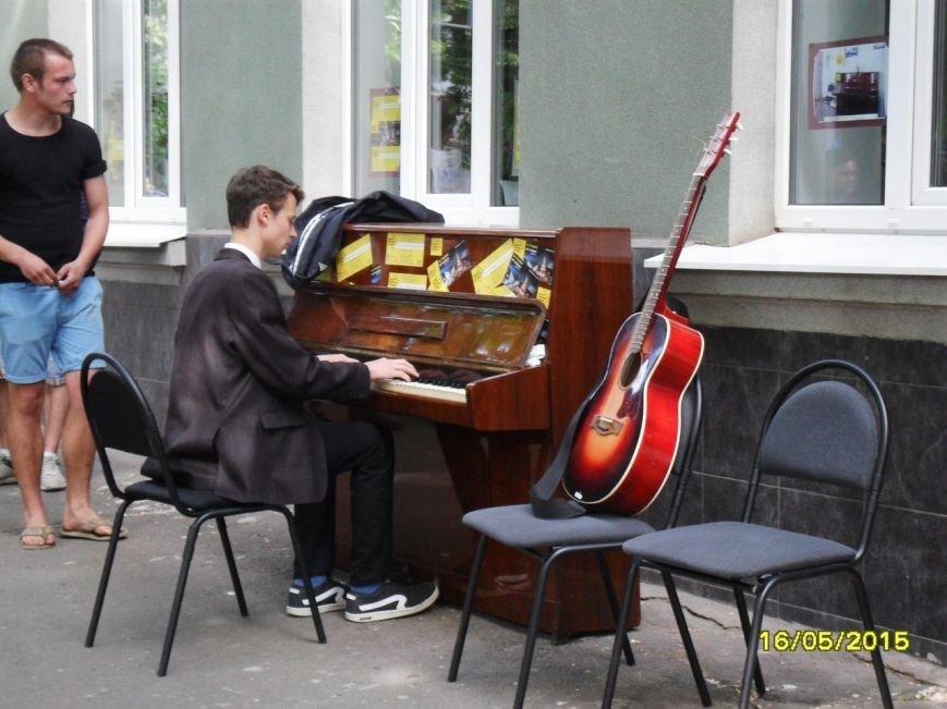 Сотни криворожан посетили самый масштабный музыкальный волонтерский проект (ФОТОРЕПОРТАЖ) (фото) - фото 1