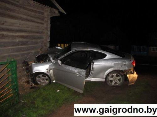 В Островецком районе пьяная литовка разогналась до 140 км\ч и врезалась в дом, сдвинув его на 1 метр. (фото) - фото 1
