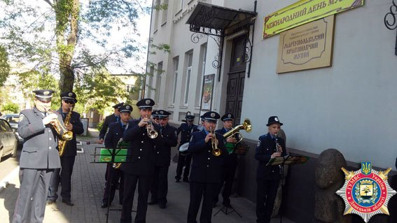 Мариупольские милицинеры играли около музея (ФОТО) (фото) - фото 1