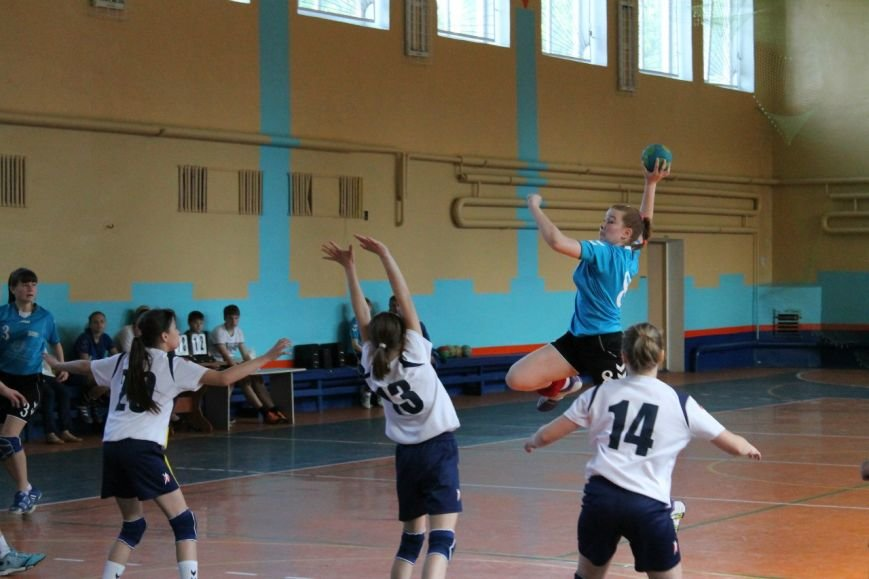 Днепродзержинские гандболистки заняли второе место на чемпионате области (фото) - фото 1